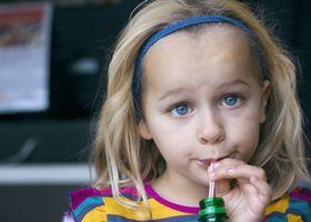 Zneužití slazených nápojů vede k časné manifestace menstruace u dívek